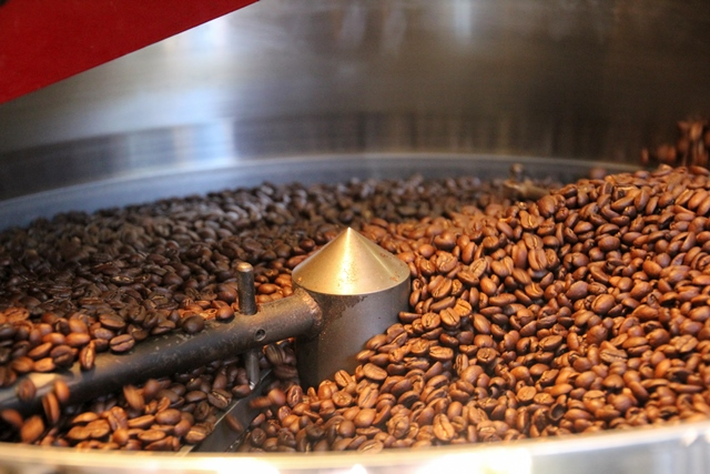 roasted-coffee-beans-in-the-cooling-tray